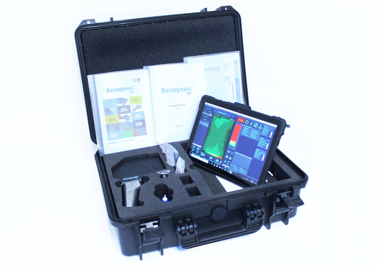 Complete package of the Recognoil 2W surface analyzer